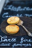France, Aude (11), Castelnaudary, Tarte fine aux pommes, recette du restaurant: Le Clos fleuri  //France, Aude, Castelnaudary,  apple tart recipe restaurant: Le Clos fleuri