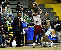 BOGOTA - COLOMBIA - 26-02-2013: Diego Quiroz (Der.) de Piratas de Bogotá, disputa el balón con José López (Izq.) de Halcones de Cúcuta, febrero 26 de 2013. Piratas y Halcones en cuarta fecha de  la Liga Directv Profesional de baloncesto en partido jugado en el Coliseo El Salitre. (Foto: VizzorImage / Luis Ramírez / Staff). Diego Quiroz (R) of Piratas from Bogota, fights for the ball with José López (L) of Halcones from Cucuta, February 26, 2013. Pirates and Halcones in the fourth match the Directv Professional League basketball, game at the Coliseum El Salitre. (Photo: VizzorImage / Luis Ramirez / Staff). .