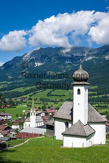 Austria, Tyrol, Ellmau: Mary's Chapel, village church and Wilder Kaiser mountains | Oesterreich, Tirol, Ellmau: Marienkapelle und Dorfkirche vor Wildem Kaiser