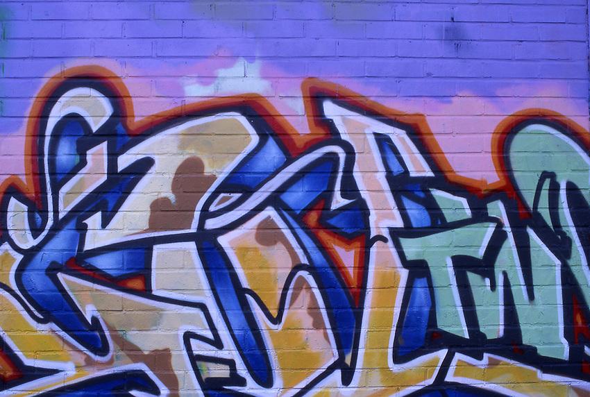 DEU, Deutschland, Nordrhein Westfalen, Ruhrgebiet, Graffiti, Wandmalerei, Graffiti ist Malerei im oeffentlichen Raum, mit Spraydosen auf Wandflaechen, an Bussen und Bahnen. Das zeitgenoessiche Graffiti der HipHop-Bewegung begann zu Beginn der siebziger Jahre 1971 in New York als ein Jugendlicher seinen Spitznamen -TAKI 123 an Waende zeichnete. Er veraenderte seine Tags immer wieder. So kamen auch andere auf die Idee tags d.h. Namenskuerzel an die Waende zu schreiben z.b. JULIO 204. Nach einem Artikel in der NY Times folgten viele Jugendliche diesem Vorbild. Das sog. taggenund bomben war geboren. Dies wurde zur Mode und um aufzufallen griff man zur Spraydose, kreierte groessere - throw ups und quick pieces. Dann wurden die Zuege der Metro entdeckt, spaeter die steeltrains des Fernverkehrs. Dann wurden die Schriftzuege mit Figuren (charkters). Die Graffitimalerei ist Teil der Schwarzen HipHop Kultur aus Breakdance, Rap und Electric Boogie.<br /> [Fuer die Nutzung gelten die jeweils gueltigen Allgemeinen Liefer-und Geschaeftsbedingungen. Nutzung nur gegen Verwendungsmeldung und Nachweis. Download der AGB unter http://www.image-box.com oder werden auf Anfrage zugesendet. Freigabe ist vorher erforderlich. Jede Nutzung des Fotos ist honorarpflichtig gemaess derzeit gueltiger MFM Liste - Kontakt, Uwe Schmid-Fotografie, Duisburg, Tel. (+49).2065.677997, fotofinder@image-box.com, www.image-box.com]