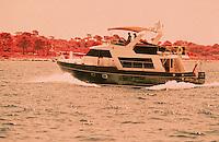 France/06/Alpes-Maritimes/Cannes: La croisette, yacht dans la baie de Cannes