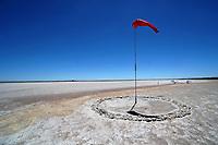 Flugplatz in der Salzpfanne: NAMIBIA, AFRIKA, 7.11.2018:Flugplatz in der Salzpfanne