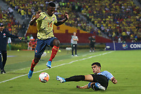 BUCARAMANGA - COLOMBIA, 09-02-2020: Anderson Arroyo de Colombia disputa el balón con un jugador de Uruguay durante partido entre Colombia U-23 y Uruguay U-23 por el cuadrangular final como parte del torneo CONMEBOL Preolímpico Colombia 2020 jugado en el estadio Alfonso Lopez en Bucaramanga, Colombia. / Anderson Arroyo of Colombia fights the ball with a player of Uruguay during the match between Colombia U-23 and Uruguay U-23 for for the final quadrangular as part of CONMEBOL Pre-Olympic Tournament Colombia 2020 played at Alfonso Lopez stadium in Bucaramanga, Colombia. Photo: VizzorImage / Jaime Moreno / Cont