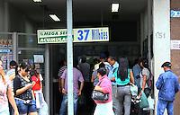 SAO PAULO,SP, 10 DE DEZEMBRO DE 2011 - COTIDIANO - MEGA SENA - Apostadores fazem filas em loterica localizada no Largo da Concordia, zona central da cidade. A Mega Sena sorteia hoje 37 milhoes de reais. Foto Ricardo Lou - News Free