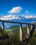 Oesterreich, Tirol, Innsbrucker Land: die Brenner-Autobahn (A13) verlaeuft ueber die Europabruecke zwischen Patsch und Schoenberg im Wipptal, sie ist Oesterreichs hoechste Bruecke, im Hintergrund die schneebedeckte Inntalkette (Nordkette) | Austria, Tyrol, near Innsbruck: Brenner Highway (A13) passing Europe Bridge between Patsch and Schoenberg in Wipp Valley