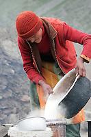 Une none prépare du yahourt de Yak non loint du col de Pensi La (4400 m). Cette passe marque la limite entre le Ladakh boudhiste et les territoires musulmants de l'ouest qui bordent le Baltistant. Ladakh Himalaya Inde. Photo : Vibert / Actionreporter.com