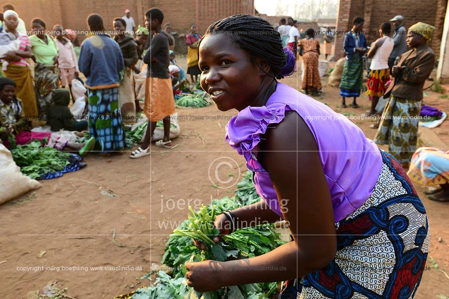 MALAWI, Thyolo, women sell vegetables on market in Bvumbwe / MALAWI, Thyolo, Frauen verkaufen Gemüse auf dem Markt in Bvumbwe, Farmerin Ethel Mikayelo, 27 verkauft Gemuese auf dem Markt in Bvumbwe - NUR FÜR REDAKTIONELLE NUTZUNG, Kein PR !