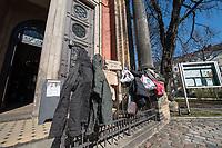 """Corona-Krise, Hilfe fuer Obdachlose.<br /> Menschen in Berlin haben fuer Obdachlose """"Spenden- und Gabenzaeune"""" eingerichtet. Dort haengen sie Bekleidung und haltbare Lebensmittel auf, die sich Obdachlose mitnehmen koennen.<br /> Im Bild: Bekleidung am Spendenzaun an der Zionskirche in Berlin-Mitte.<br /> 24.3.2020, Berlin<br /> Copyright: Christian-Ditsch.de<br /> [NUR FUER REDAKTIONELLE ZWECKE! Werbung nur auf Anfrage beim Fotografen. Inhaltsveraendernde Manipulation des Fotos nur nach ausdruecklicher Genehmigung des Fotografen. Vereinbarungen ueber Abtretung von Persoenlichkeitsrechten/Model Release der abgebildeten Person/Personen liegen nicht vor. NO MODEL RELEASE! Don't publish without copyright Christian-Ditsch.de, Veroeffentlichung nur mit Fotografennennung, sowie gegen Honorar, MwSt. und Beleg. Konto: I N G - D i B a, IBAN DE58500105175400192269, BIC INGDDEFFXXX, Kontakt: post@christian-ditsch.de<br /> Bei der Bearbeitung der Dateiinformationen darf die Urheberkennzeichnung in den EXIF- und  IPTC-Daten nicht entfernt werden, diese sind in digitalen Medien nach §95c UrhG rechtlich geschuetzt. Der Urhebervermerk wird gemaess §13 UrhG verlangt.]"""