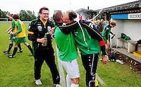 Hooglede - KSV Veurne : vreugde bij Veurne na de promotie op het veld van Hooglede : .hulptrainer Chris Plaisier omhelst coach John Vanmullem (rechts) . Pieter Kesteloot kijkt toe.foto BART VANDENBROUCKE / VDB