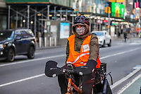 NOVA YORK, EUA 18.03.2020 - CORONAVIRUS-EUA -  Ciclistas entregadores de alimentos e produtos são visto usando mascaras medicas durante a Pandemia de Corona Virus COVID-19 em Nova York . (Foto: Vanessa Carvalho/Brazil Photo Press/Folhapress)