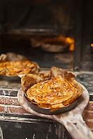 Europe/Europe/France/Midi-Pyrénées/46/Lot/Cajarc: Les pastis quercynois de Jean-Luc Largarde, boulanger cuisent au four à bois //  France, Lot, Cajarc, pastis The Quercy Jean Luc Largarde baker, bake in a wood oven