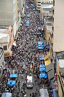 SAO PAULO, 10 DE DEZEMBRO 2011 - 25 DE MARÇO - Consumidores realizam compras na região da 25 de Março, maior rua de comércio popular no centro de São Paulo, durante a manhã deste sábado (10), faltando duas semanas para o Natal. FOTO: VANESSA CARVALHO - NEWS FREE.