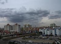 SAO PAULO, SP, 05 DE MARCO 2013 - CLIMA TEMPO - SAO PAULO - Nuvens carregadas  sobre o céu do bairro do Ipiranga na cidade de Sao Paulo nesta tarde de terça-feira, 05. FOTOS:MICHELLE SPREA/BRAZIL PHOTO PRESS