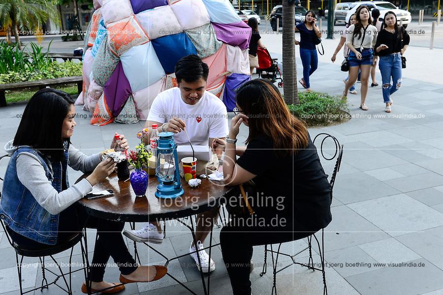 PHILIPPINES, Manila, Bonifacio Global City, Taguig City, youngster work as callcenter agents, consume fastfood / hier entshehen neue Callcenter, BPO und shopping malls, Jugendliche arbeiten als Callcenter Agenten, Fast Food Restaurant