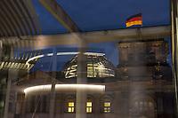 Die erleuchtete Kuppel des Reichstagsgebaeudes fotografiert aus dem Paul-Loebe-Haus, einem Arbeitsgebaeude des Deutschen Bundestag.<br /> 5.11.2020, Berlin<br /> Copyright: Christian-Ditsch.de