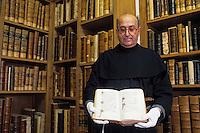 Europe/Italie/Ombrie/Assise : Moine franciscain tenant un livre ancien dans la bibliothèque de la basilique Saint-François