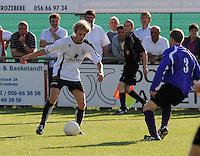 SC Oostrozebeke - FC Helkijn.Ward Vermeersch (links) aan de bal tegenover Timothy Vandamme.foto VDB / BART VANDENBROUCKE