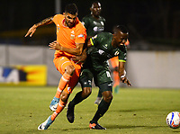 ENVIGADO -COLOMBIA-15-08-2017: Gerardo Jimenez (Izq) jugador de Envigado FC disputa el balón con Carmelo Valencia (Der) jugador de La Equidad durante partido por la fecha 8 de la Liga Águila II 2017 realizado en el Polideportivo Sur de la ciudad de Envigado. / Gerardo Jimenez (L) player of Envigado FC fights for the ball with Carmelo Valencia (R) player of La Equidad during match for the date 8 of the Aguila League II 2017 played at Polideportivo Sur in Envigado city.  Photo: VizzorImage/ León Monsalve / Cont