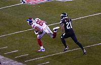 wide receiver Darius Slayton (86) of the New York Giants setzt sich gegen cornerback Ronald Darby (21) of the Philadelphia Eagles durch - 09.12.2019: Philadelphia Eagles vs. New York Giants, Monday Night Football, Lincoln Financial Field