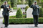 """Foto: VidiPhoto<br /> <br /> RHENEN - Een viertal militairen van de 422 """"hospitaalcompagnie Grebbeberg"""" uit Ermelo, houdt donderdag een bescheiden ceremonie op militair ereveld de Grebbeberg in Rhenen. Tijdens het vanwege de coronomaatregelen 'uitgeklede' eerbetoon worden vijf kransen gelegd op de graven van tijdens de meidagen van 1940 geneuvelde soldaten van het Regiment Geneeskundige Troepen. Normaal gesproken gebeurt dat met groot militair vertoon en afgevaardigden van het gehele 400 Geneeskundig Bataljon, dat uit vijf compagnieën bestaat. De beperkte plechtigheid is een voorproef van hoe de uitgeklede nationale herdenking op 4 mei er in Rhenen zal uitzien. Daar zijn maximaal vijftien militaire en burgervertegenwoordigers aanwezig. De hospitaalsoldaten verlenen op dit moment ook hulp en bijstanden in ziekenhuizen en verpleeginstellingen."""