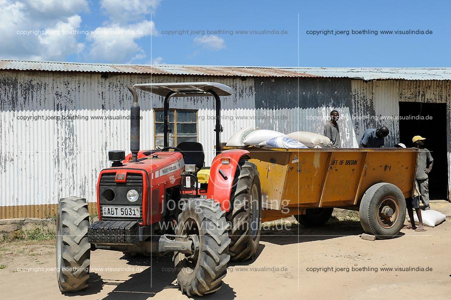 ZAMBIA Barotseland Mongu, farmers doing paddy farming in the flood plains, tractor transport rice bags to ricemill / SAMBIA Barotseland , Stadt Mongu , in der Sambesi Flussebene wir Reis abgebaut, Traktor einer Reismuehle