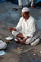 Indien, Bombay (Mumbai), Hinduistische Opferzeremonie am Gateway of India