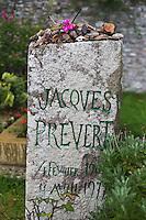 Europe/France/Normandie/Basse-Normandie/50/Presqu'île du Cotentin/Pointe de La Hague/Omonville-la-Petite: La tombe de Jacques Prévert  au cimetière // France, Manche, Cotentin, Cap de la Hague, Omonville la Petite, grave of Jacques Prevert