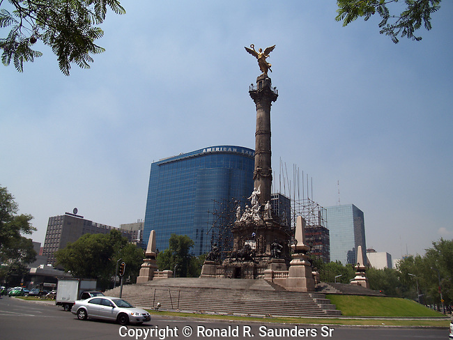 TRAFFIC CIRCLE AROUND MEXICO CITY'S INDEPENDENCIA MONUMENT