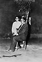 Irak 1957.Kirkouk: Nouri Shawess avec son fils Roj.Iraq 1957.Kirkuk: Nouri Shawess with his son Roj