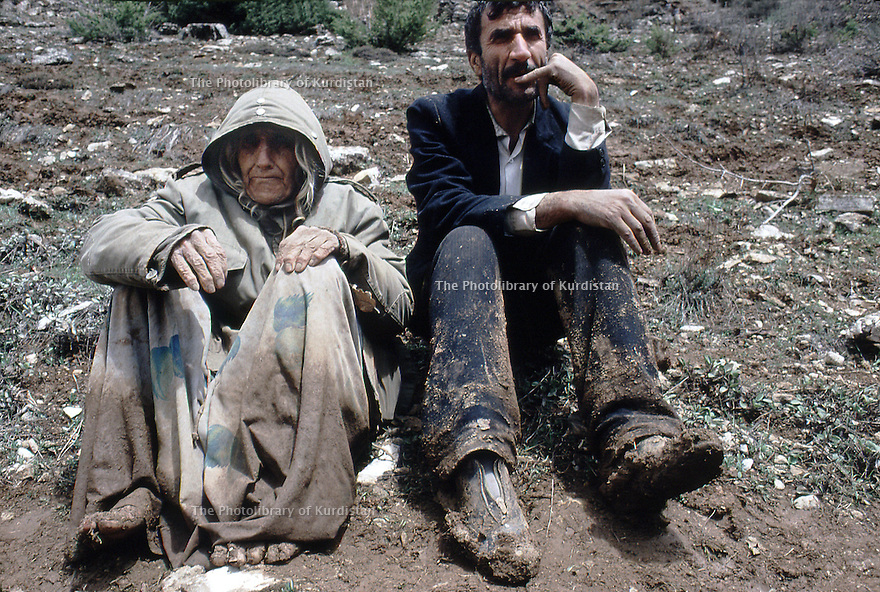 Irak 1991  Un réfugié et sa mère à la frontière turque  Iraq 1991 A Kurdish refugee and his mother on the border of Turkey