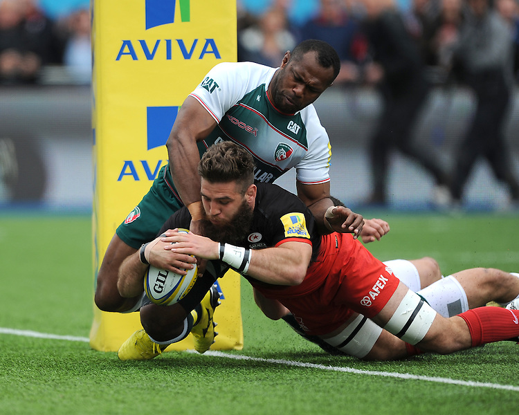 Will Fraser of Saracens scores a try as Vereniki Goneva of Leicester Tigers does his best to hold him up during the Aviva Premiership semi final match between Saracens and Leicester Tigers at Allianz Park on Saturday 21st May 2016 (Photo: Rob Munro/Stewart Communications)