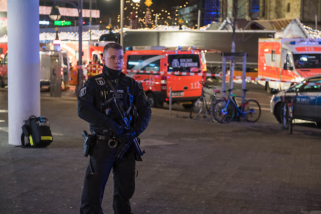LKW rast in Berliner Weihnachtsmarkt.<br /> Am Abend des 19. Dezember 2016 fuhren Unbekannte mit einem LKW mit polnischen Kennzeichen in den Berliner Weihnachtsmarkt am Kurfuerstendamm und toeteten 12 Menschen, 48 wurden zum tTeil schwer verletzt. Der Beifahrer wurde tot im Fuehrerhaus gefunden, der Fahrer fluechtete, wurde angeblich aber festgenommen. Ein Anschlag wird nicht ausgeschlossen, ermittelt wird jedoch in alle Richtungen.<br /> Im Bild: Polizeibeamter vor dem abgesperrten Tatort.<br /> 19.12.2016, Berlin<br /> Copyright: Christian-Ditsch.de<br /> [Inhaltsveraendernde Manipulation des Fotos nur nach ausdruecklicher Genehmigung des Fotografen. Vereinbarungen ueber Abtretung von Persoenlichkeitsrechten/Model Release der abgebildeten Person/Personen liegen nicht vor. NO MODEL RELEASE! Nur fuer Redaktionelle Zwecke. Don't publish without copyright Christian-Ditsch.de, Veroeffentlichung nur mit Fotografennennung, sowie gegen Honorar, MwSt. und Beleg. Konto: I N G - D i B a, IBAN DE58500105175400192269, BIC INGDDEFFXXX, Kontakt: post@christian-ditsch.de<br /> Bei der Bearbeitung der Dateiinformationen darf die Urheberkennzeichnung in den EXIF- und  IPTC-Daten nicht entfernt werden, diese sind in digitalen Medien nach §95c UrhG rechtlich geschuetzt. Der Urhebervermerk wird gemaess §13 UrhG verlangt.]