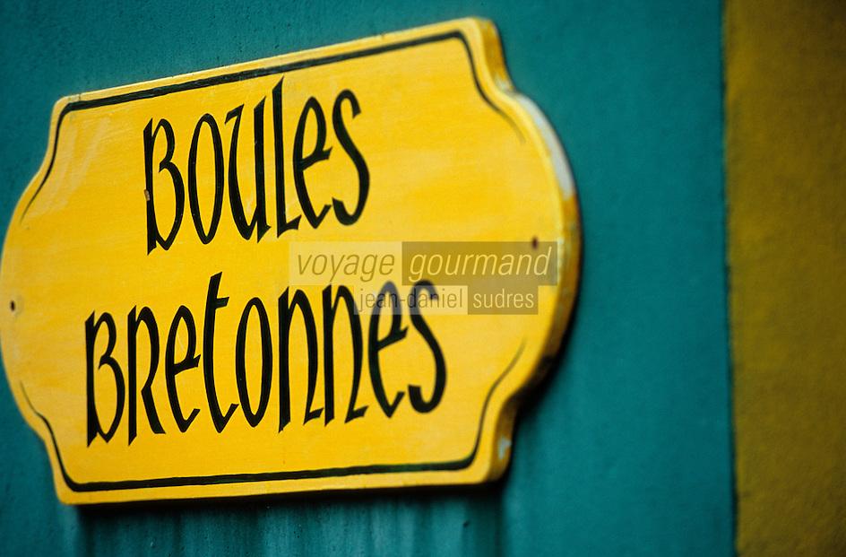 """Europe/France/Bretagne/29/Finistère/Lampaul-Plouarzel: Détail panneau signalant un jeu de boules bretonnes sur les murs du """"Café des Mouettes"""""""