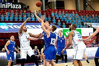 27-02-2021: Basketbal: Donar Groningen v Den Helder Suns: Groningen Donar speler Davonte Lacy met Den Helder speler Boyd van der Vuurst de Vries