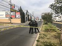Querétaro, Qro. 1 de enero de 2019.- Dos integrantes de la policía de investigación del delito fueron agredidos a tiros por un par de personas cuando realizaban la revisión de un vehículo, uno de los agresores fue trasladado a un hospital y un agente de la pid resultó herido de bala. El intercambio de balazos fue en Juriquilla frente  a Tacos El Pata.