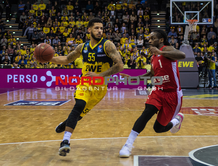 01.12.2019, EWE Arena, Oldenburg, GER, easy Credit-BBL, EWE Baskets Oldenburg vs Brose Bamberg, im Bild<br /> Tyler LARSON (EWE Baskets Oldenburg #55 ) Paris LEE (Brose Bamberg #1 )<br /> Foto © nordphoto / Rojahn