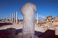 Zypern (Nord), antike Ausgrabungsstätte  Salamis, kopflose Statue im römischen Gymnasium, den Statuen aus dem Gymnasium wurden in christlicher Zeit die Köpfe abgeschlagen..