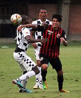 CUCUTA - COLOMBIA -21-02-2015: Marcos Lazaga (Der.) jugador de Cucuta Deportivo, disputa el balón con Johnny Mostasilla (Izq) jugador de Boyaca Chico FC, durante  partido Cucuta Deportivo y Boyaca Chico FC, por la fecha 5 de la Liga de Aguila I 2015 en el estadio General Santander en la ciudad de Cucuta / Marcos Lazaga (L) of Cucuta Deportivo, vies the ball with Johnny Mostasilla (L) jugador of Boyaca Chico FC, during a match Cucuta Deportivo and Atletico Junior for date 5 of the Liga de Aguila I 2015 at General Santander stadium in Cucuta city. Photo: VizzorImage  / Manuel Hernandez / Str.