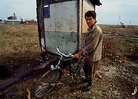 Videle / Romania 1990.Operaio addetto ai pozzi petroliferi..Foto Livio Senigalliesi..Videle / Romania 1990.Man working in the area of oil extraction.Photo Livio Senigalliesi.