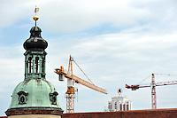 Vorbereitung Stadtfest 2010 in Leipzig - im Bild: Turm altes Rathaus, Wintergartenhochhaus, Bauwirtschaft, Baubranche, Dach, Kran, Baukran,   Foto:  Norman Rembarz<br /> <br /> Norman Rembarz , Autorennummer 41043728 , Augustenstr. 2,  04317 Leipzig, Tel.: 01794887569, Hypovereinsbank: BLZ: 86020086, KN: 357889472, St.Nr.: 232/261/05808 - Jegliche kommerzielle Nutzung ist honorar- und mehrwertsteuerpflichtig! Persönlichkeitsrechte sind zu wahren. Es wird keine Haftung übernommen bei Verletzung von Rechten Dritter. Autoren-Nennung gem. §13 UrhGes. wird verlangt. Weitergabe an Dritte nur nach  vorheriger Absprache.<br /> Eine Nutzung im Online-Bereich ist separat kostenpflichtig.