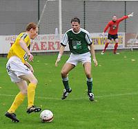 SC Wielsbeke - KM Torhout..Olivier Vanwynsberghe aan de bal voor de toekijkende Jens Lavens..foto VDB / BART VANDENBROUCKE