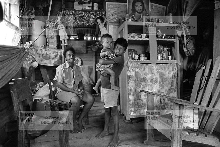 - Nicaragua,  interior of a home in the city of Bluefields, on the Atlantic coast (January 1988)<br /> <br /> - Nicaragua, interno di una abitazione nella città di Bluefields, sulla costa Atlantica (Gennaio 1988)