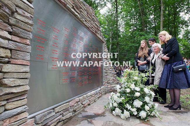 Arnhem, 160612<br /> Onthulling Nationaal Brandweermonument. Burgermeester Krikke loopt met een moeder van een omgekomen brandweerman langs de muur met namen.<br /> Foto: Sjef Prins- APA Foto