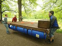 Kurioses vom Männertag 2013 - Viele Männertagsgruppen zieht es in Leipzig auf das Wasser am Elsterbecken - Mit dem Kanu Paddeln ist das neue Radfahren - die vier Fahrzeugtechnik Studenten Kevin, Henry, Marc und Alexander (v.l.) aus Leipzig haben an drei Wochenenden diese Ingenieurleistung vollbracht - die Jungfernfahrt ihres komfortablen Floßes machen sie natürlich mit Grill, Bier und Würsten zu Himmelfahrt. Nach der geglückten Wasserung wollen sie bis zum Cospudener See kommen. Foto: Norman Rembarz
