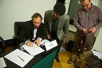 Der Junge Freiheit-Journalist Billy Six (links im Bild)war am Dienstag den 26. Maerz 2013 zu Gast bei der Deutsch Arabischen Gesellschaft (DAG) und erzaehlte von seinen Eindruecken in Syrien.<br />Six wurde im Dezember 2012 in Syrien von Regierungstruppen festgenommen und wurde nach dreimonatiger Haft im Maerz 2013 freigelassen.<br />26.3.2013, Berlin<br />Copyright: Christian-Ditsch.de<br />[Inhaltsveraendernde Manipulation des Fotos nur nach ausdruecklicher Genehmigung des Fotografen. Vereinbarungen ueber Abtretung von Persoenlichkeitsrechten/Model Release der abgebildeten Person/Personen liegen nicht vor. NO MODEL RELEASE! Don't publish without copyright Christian-Ditsch.de, Veroeffentlichung nur mit Fotografennennung, sowie gegen Honorar, MwSt. und Beleg. Konto:, I N G - D i B a, IBAN DE58500105175400192269, BIC INGDDEFFXXX, Kontakt: post@christian-ditsch.de<br />Urhebervermerk wird gemaess Paragraph 13 UHG verlangt.]
