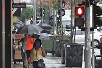 Campinas (SP), 15/10/2020 - Clima-SP - Pedestres enfrentam chuva na manhã desta quinta-feira (15) no centro de Campinas, interior de São Paulo.