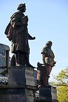 GERMANY, Hamburg, colonial history, statue of Christoph Columbus and Vasco da Gama / DEUTSCHLAND, Hamburg, Kolonialgeschichte, Denkmal der Entdecker und Seefahrer Christoph Kolumbus und Vasco da Gama auf der Kornhausbrücke, Speicherstadt