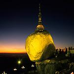 Le Rocher d'Or, ou Pagode de Kyaiktiyo est un e门norme rocher d'environ 6 m de diame媚tre, pose门 en e门quilibre a媚 1 200 m d'altitude, dans l'e门tat Mo们n (sud de la Birmanie)..Coiffe门 d'un petit stu们pa, c'est l'un des principaux lieux de culte du bouddhisme birman. Les pe门lerins recouvrent de feuilles d'or ce monolithe e门voquant la te们te d'un ce门le媚bre ermite..Selon la tradition, le rocher aurait e门te门 place门 a媚 cet endroit par deux nats (esprits) il y a 2 500 ans ; il ne tiendrait que par un fil, un des cheveux du Bouddha..Les femmes n'ont le droit ni de le toucher, ni de s'en approcher.