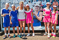 Netherlands, Rosmalen , June 11, 2015, Tennis, Topshelf Open, Autotron, Coco Vandeweghe (USA) poses with ballkids eating panacees with Dutch chocolat<br /> Photo: Tennisimages/Henk Koster