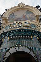 """Europe/République Tchèque/Prague: La Maison Municipale-Edifice Art Nouveau qui se dresse  à l'emplacement de l'ancien Palais Royal- Détail de la Façade """"Hommage à Prague"""" par Karel Spillar"""